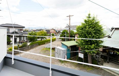 神社境内の抜け感を活かした<br>変形敷地の家。