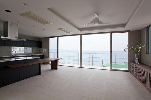 敷地は海が見渡せる最高のロケーション。それを最大限に生かした設計を