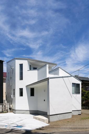 L型敷地を効率よく活用した、<br>街にとけこむ家。