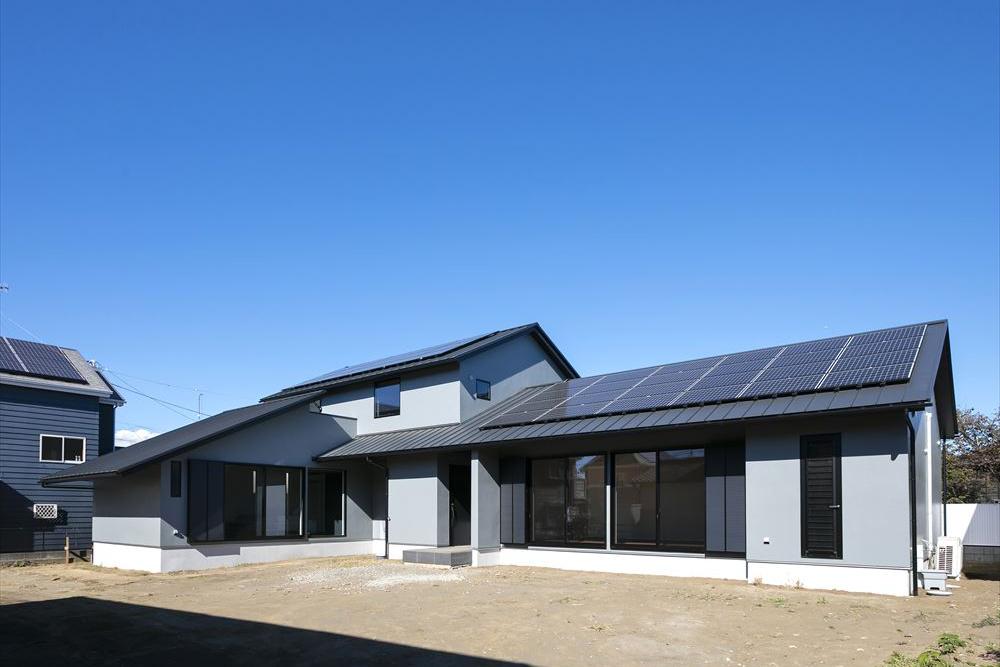 広い敷地に立つ屋根が美しい二世帯の家。