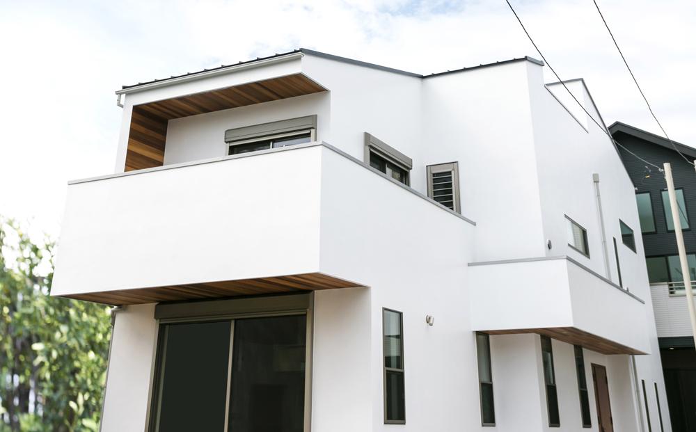 建物中央の玄関が日当たりや家族の移動を快適に。