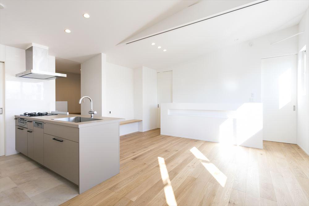 騒音を回避し柔らかな空間に仕上げた都心の家。