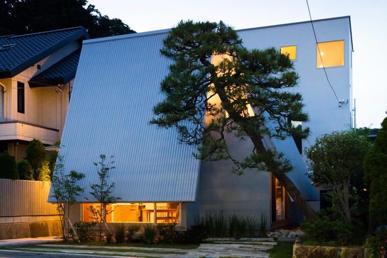 新しい美しさを実現した「大屋根と切通しの家」。